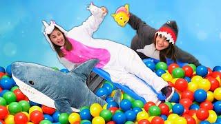 Смешные видео - Бассейн с Шариками для Милой Пони Единорожки! - Весёлые игры одевалки для девочек