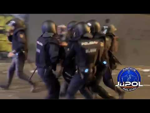 Momento en el que el policía vigués herido es trasladado tras los altercados en Cataluña