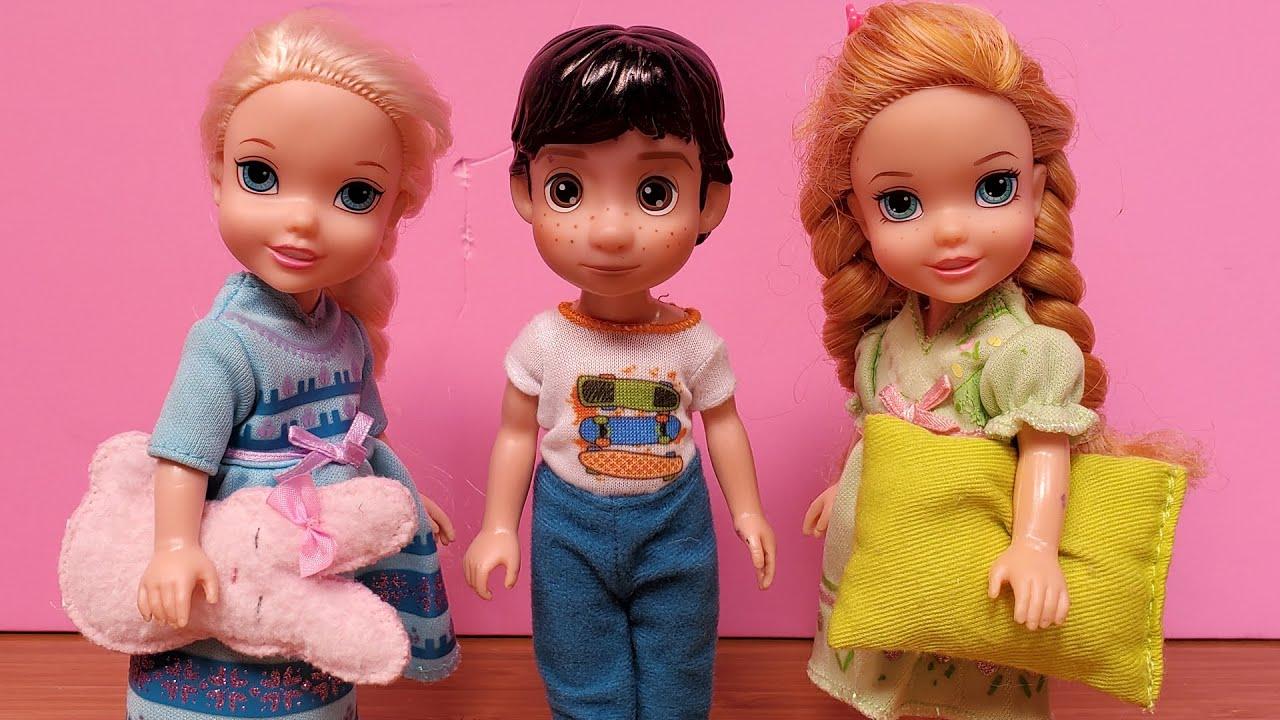 Surprise guest ! Elsa & Anna toddlers - Barbie - bedtime - pet frog
