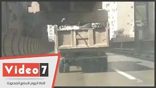 بالفيديو..سيارة نقل بدون لوحات تنثر القمامة أعلى وصلة