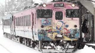 2011年1月29日撮影。氷見線の忍者ハットリくん列車が到着、発車する様子...