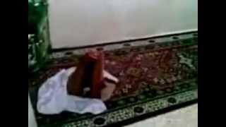 Video choc ,elle arrete de prier et le tapis continue de prier et ce prosterne.ALLAH AKBAR
