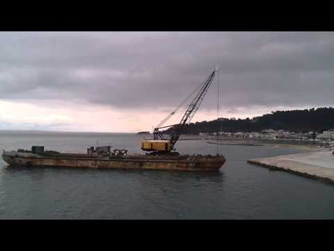Lima2400B floating crane on maintenance dredging works