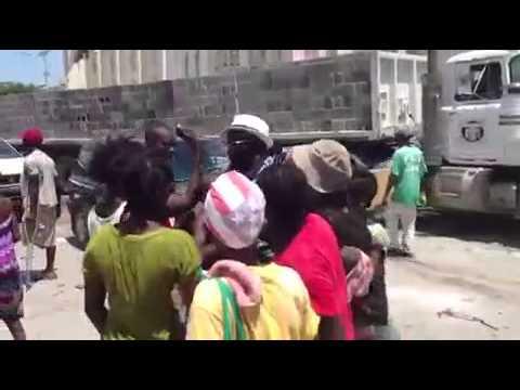 Herediano dando donativos en Haití