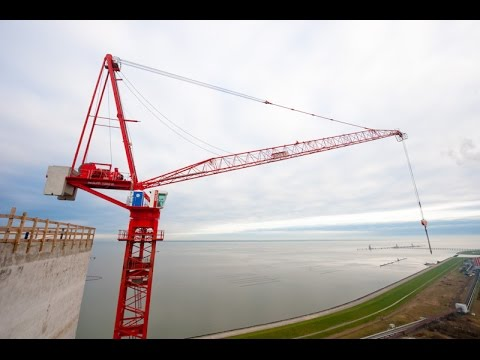 Самый большой строительный кран в мире