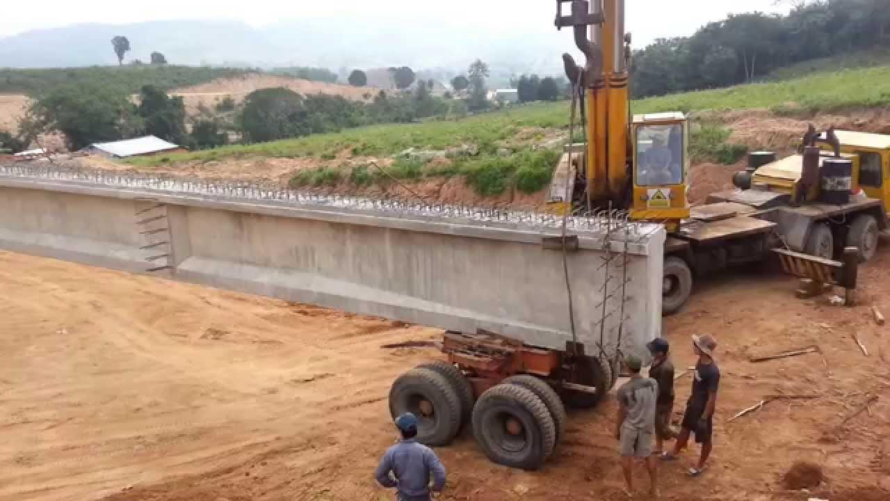 Vận chuyển dầm I33 từ bãi đúc ra cầu để lao lắp.