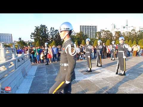 soldiers-flag-lowering-ceremony-at-chiang-kai-shek-memorial-hall,-taipei,-taiwan