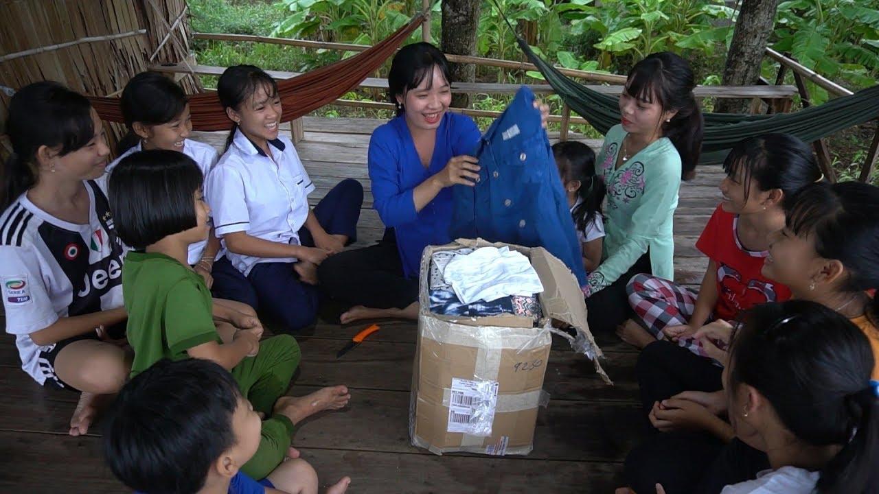 Thùng Quà Quần Áo mới của anh Thanh Quang gửi tặng cho nhóm Thôn Nữ Miền Tây tràn ngập niềm vui