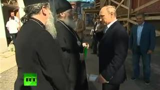 Путин на острове Валаам, священник целует ему руку