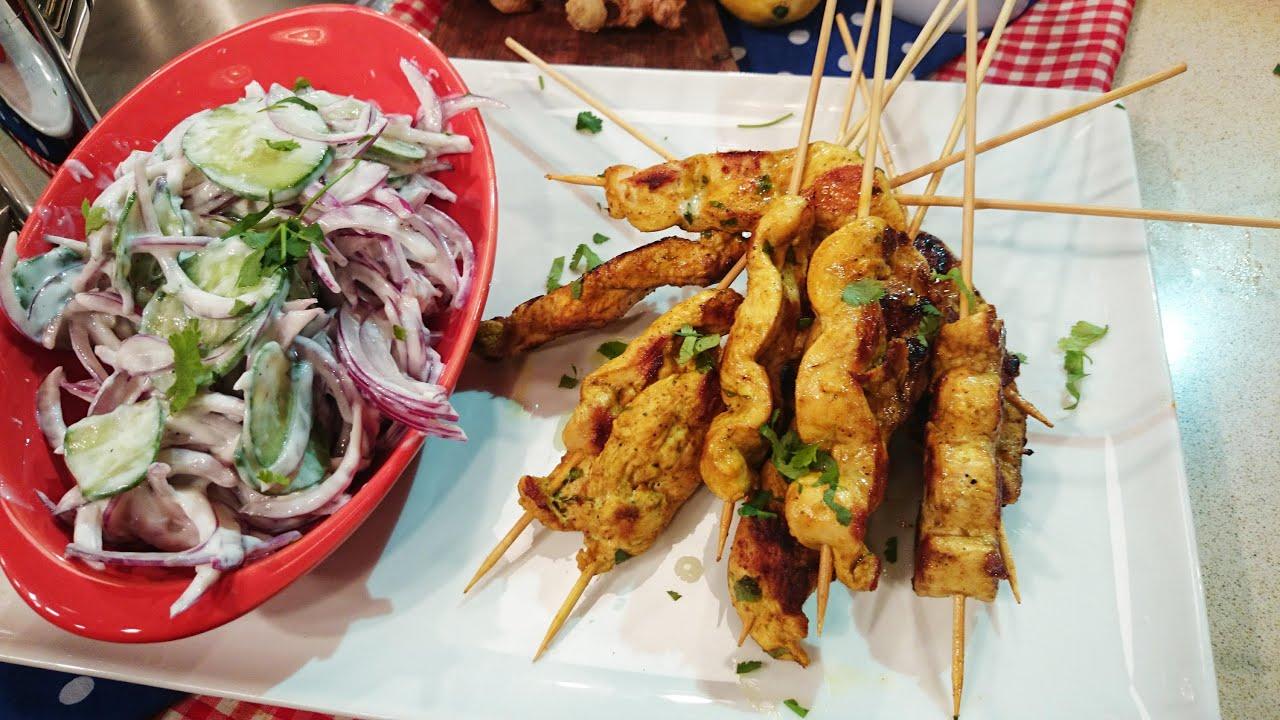 Pinchos de pollo marinados con ensalada de pepino y yogur