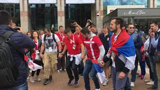 Сербские болельщики танцуют и поют в Калининграде на ЧМ-2018
