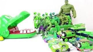 ハルク、タヨ、トーマス、ディズニーカーズ、パワーレンジャー! 緑のおもちゃ、スーパーヒーローがワニに飛び込む!