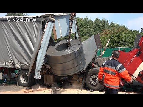 07.12.2018 - VN24 - 16-ton steel coil breaks through bulkhead in rear-end collision on the A2