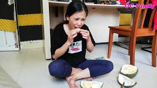 Beautiful Mom Eating DURIAN 1st Time   Delicious Vietnamese Fruit   ỐC Family