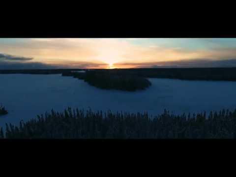 Un coucher de soleil au-dessus d'un lac capté par un drone au nord de Chibougamau