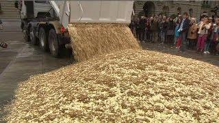 شاحنة تُفرغ 8 ملايين قطعة نقود معدنية في ساحة البرلمان السويسري