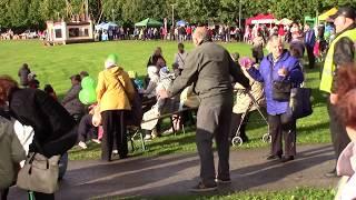 Пожилой мужчина танцует  Рок Н Ролл Dance rock'n'roll