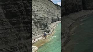Компания спаслась от камнепада на Черном море. Геленджик 2019