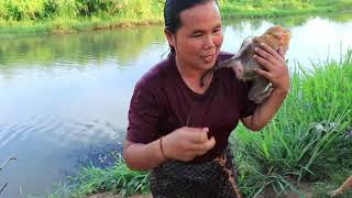 survival in the rainforest - cooking rat for dog &amp woman - Eating delicious HD