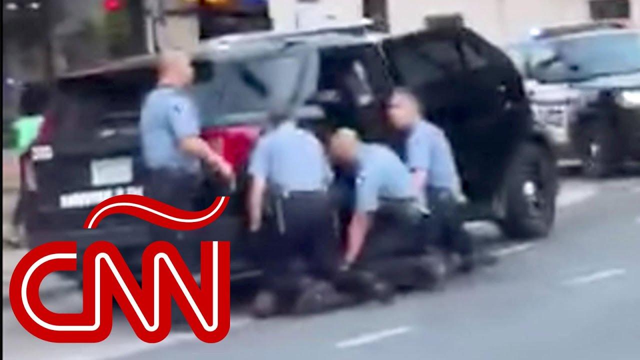 Otro video muestra que fueron tres policías los que presionaron sus rodillas sobre George Floyd