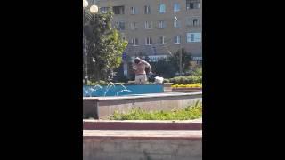 НЕ ДЛЯ ДЕТЕЙ!!! моет свои причендалы в фонтане Орехово Зуево 2