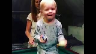 Младший сын Владимира Преснякова играет в бильярд