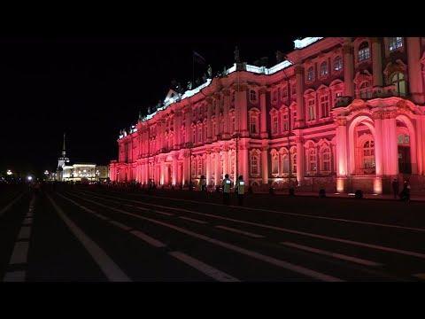 El Palacio de Invierno se tiñe de rojo por el centenario de la Revolución Rusa
