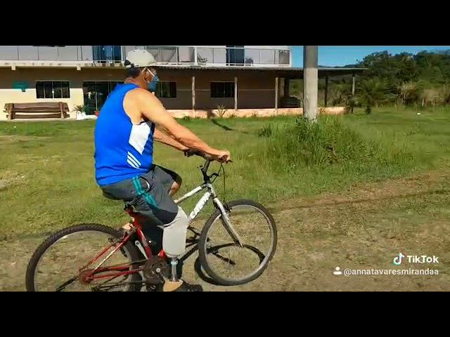 Alirio andando de bicicleta com prótese Boa Pisada