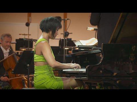 عازفة البيانو الشهيرة يوجا وانغ تعانق موزارت في مهرجان الموسيقى الكلاسيكية في لاتفيا…