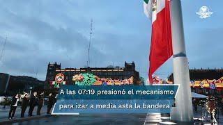 El presidente López Obrador izó la Bandera Nacional localizada en el Zócalo de la Ciudad de México en memoria de víctimas de los sismos del 19 de septiembre