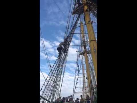 Enzo Knol klimt de mast in van de Alex-2 bij SAIL Amsterdam 2015