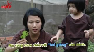 Khoảnh khắc đáng yêu khi diễn viên Thùy Dương cùng con gái Long Giao hái rau chuẩn bị bữa tối.