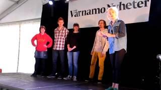 Skådespelare från Smålands Musik och Teater tolkar Värnamo Nyheter. 13-föreställningen.