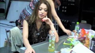 月刊誌「JELLY」の撮影裏側動画です。ミホの撮影用によく飲む飲み物を教...