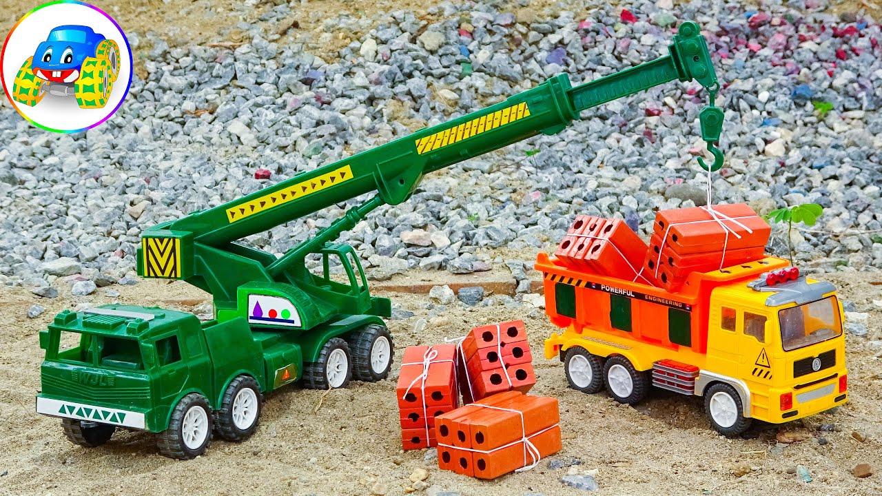 Xe cần cẩu và xe tải cùng nhau chở gạch xây dựng – Đồ chơi cho trẻ em F939C Kid Studio