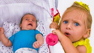 مايا يتظاهر للعب الطفل