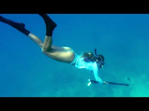 girl-spearfishing-and-diving-in-florida-keys