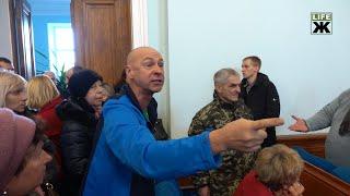 Скандальне будівництво АЗК у Житомирі: сесія міськради закінчилася під вигуки «Ганьба!»