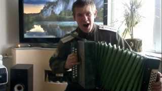 Атаман играет на гормошке песню На горе стоял казак.mp4