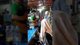 Viral.. pengamen jalanan di Makassar bernyanyi dengan lagu yang gokil dan lucu