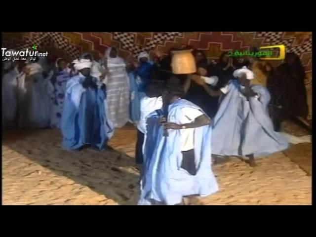 الفنان الشعبي الكبير المرحوم بلخيْر في غناء ورقص فلكلوري  .