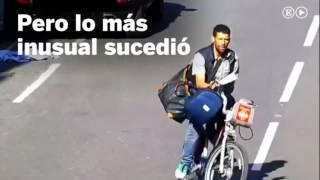 Un policía derriba a un ladrón con la puerta del coche