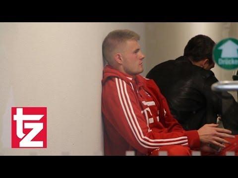 Raeder patzt: Hier tröstet Trainer Ten Haag Keeper Lukas Raeder - FC Bayern II vs. Fortuna Köln