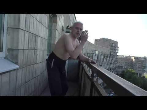 Демонстрация курения на балконе