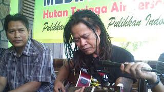 Download Video Tony Q Rastafara - Bumi Menunggu (Live Performance at WALHI Lampung) MP3 3GP MP4