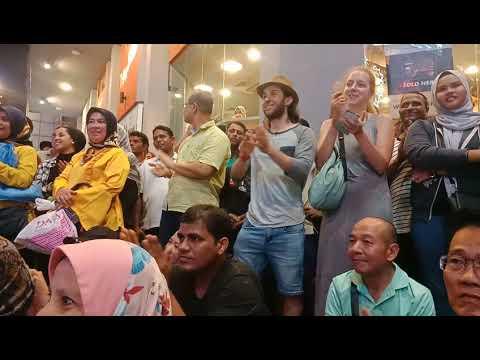 Tourists kata kat Bob... You have a great voice