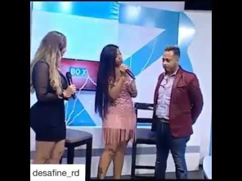 "Presentadora Agarra el Pene a Otro Presentador ""Así está"