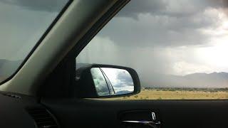 Des coups de pluie pour dormir. Pluie dans la voiture, pluie sur le toit de la voiture