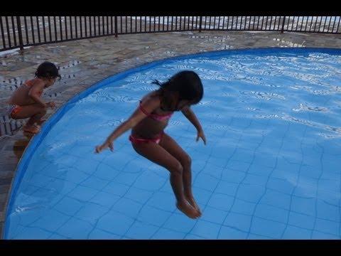 Ana e Vittoria pulando na piscina