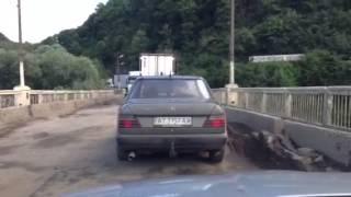 Добро пожаловать в Черновцы. 2(Мост между Тернопольской и Черновицкой областью, Залещики. Через этот аварийный мост идет весь грузовой..., 2013-06-14T06:12:53.000Z)